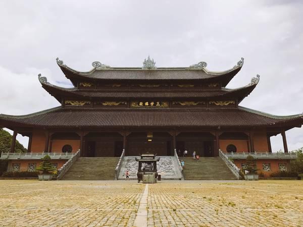 Khuôn viên trong quần thể chùa Bái Đính rất rộng lớn và luôn có khách ra vào tấp nập. Đây là Điện Tam Thế.