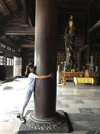 Những cột chùa một người ôm không xuể.