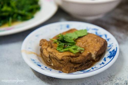 Món này thường ăn kèm với trứng kho mềm, rau xanh, cải muối chua và đậu phụ rán sốt nước tương.