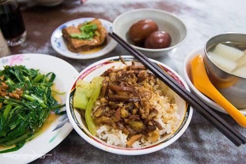 Không ít người từng gọi nhầm món ăn này là thịt kho tàu, giống như món thịt kho Đông Pha nổi tiếng tại Sơn Đông, Trung Quốc. Tuy nhiên, Đài Loan đã phủ nhận nguồn gốc của món ăn này có liên quan đến thịt kho Đông Pha và khẳng định, đây là hai món riêng biệt.