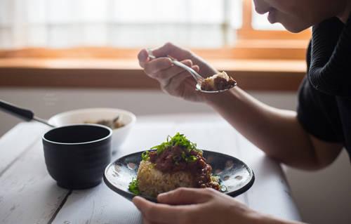 Cách làm món ăn này được nhiều đầu bếp cho là không khó nhưng rất công phu. Đầu tiên, thịt ba chỉ phải chọn những miếng có lượng mỡ và thịt cân bằng nhau, rồi thái nhỏ. Tiếp đến, phi thơm hành và rán thịt rồi đổ tất cả vào nồi cùng hỗn hợp nước tương, tỏi băm nhỏ, ngũ vị hương, hạt tiêu, đường phèn, nấm hương và nước dùng của nấm.