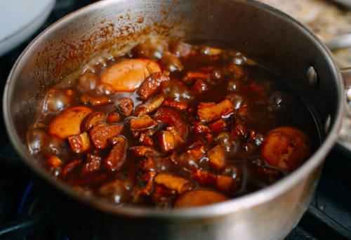 Sau khi thịt đã được ninh nhừ, người dân Đài Loan thường có thói quen cho thêm trứng luộc và củ hẹ vào cùng và om trong 20-30 phút nữa. Món này ăn ngon nhất là kèm cơm trắng dẻo, nóng hổi và cải muối chua hoặc rau xanh.