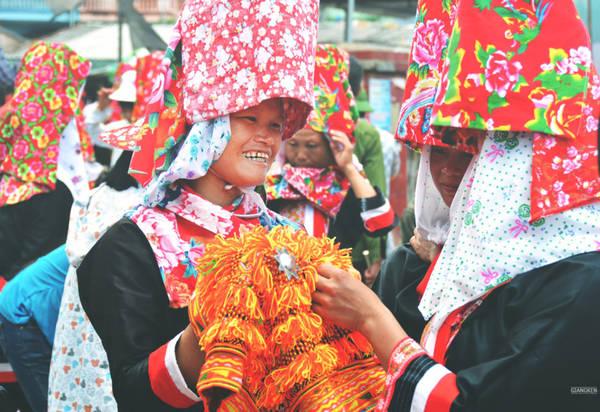 """Đừng quên ghé chợ vùng cao Đồng Văn tại xã Đồng Văn, nơi đồng bào Dao, Sán Chỉ tấp nập trao đổi sản vật, ngắm những bộ trang phục """"chăn con công"""" độc đáo."""