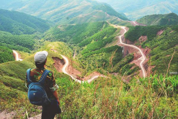 """Đây cũng là """"thiên đường"""" cột mốc biên giới, từ cột mốc 1300 tại ngã 3 Lạng Sơn, Quảng Ninh với Quảng Tây (Trung Quốc) tới cột mốc 1327. Nhiều cột mốc ở vị trí đặc biệt, mỗi hành trình thăm mốc là một chuyến đi kỳ thú riêng."""