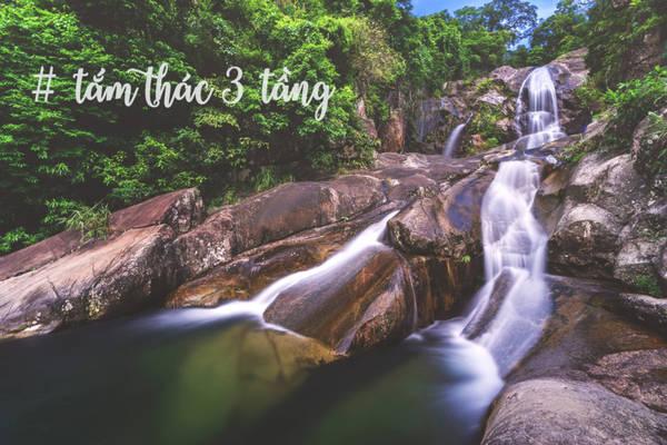 Suối, thác cũng là một trong những đặc sản ở đây. Thác Khe Vằn ba tầng nước, thác Sú Cáu, Sông Moóc, Khe Tiền và rất nhiều thác nhỏ không tên đẹp hoang sơ, mang trong mình nhiều câu chuyện đẹp.