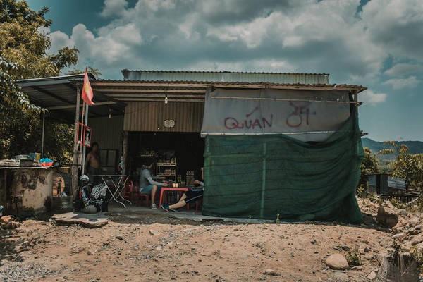 """Ở cửa rừng, bạn sẽ thấy quán nhà chị Ớt. """"Đặc sản"""" ở đây là nước tăng lực và mì gói. Sau khi ăn uống nghỉ ngơi, cả đoàn thuê xe 16 chỗ về lại TP.HCM. Khoảng 21h, cả đoàn có mặt an toàn tại thành phố, kết thúc chuyến đi 3 ngày 2 đêm khám phá cung đường trekking đẹp nhất Việt Nam."""