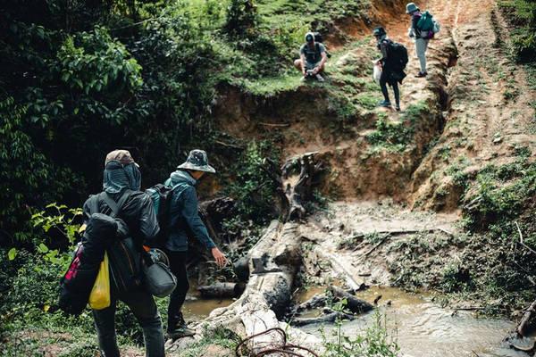 """Hành trình chinh phục cung đường rừng đẹp nhất Việt Nam này của nhóm chúng tôi diễn ra trong 3 ngày 2 đêm, bắt dầu từ Đức Trọng (Lâm Đồng) và đi bộ xuống Phan Thiết. Trong ấn tượng đầu tiên của nhóm chúng tôi, đây là một cung """"cực hình"""", không như những chia sẻ trên mạng rằng chỉ có vài km đường rừng núi khó đi, còn lại là đồng bằng."""