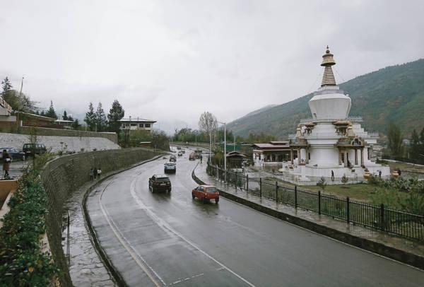 Đất nước Bhutan được ví như chiếc xúc xích kẹp giữa hai ông lớn Ấn Độ và Trung Quốc. Quốc gia nhỏ bé nằm bên triền nóc nhà thế giới, được xem là thiên đường cho những ai muốn trốn chạy những xô bồ, ồn ào.