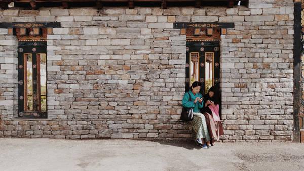 Nhà thiết kế Huệ Hữu có duyên đến Bhutan sau một cuộc tình tan vỡ. Chị mang trong mình những vụn vỡ, cảm xúc bi quan, cần kiếm tìm một nơi ruồng bỏ thế giới để chạy trốn.