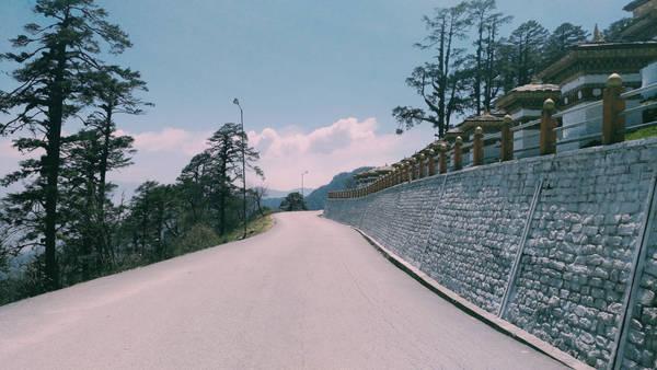 """Đắm chìm giữa thiên nhiên ngoạn mục ẩn giữa màn sương giăng mắc trên tầng trời và rừng thông ngút ngàn khiến cô gái cảm thấy trái tim được hàn gắn. Kể từ đó, Huệ Hữu trở thành một """"Bhutanist"""". Số lần đến Bhutan dường như đến chị cũng không thể nhớ. Mỗi năm chị có 4 tháng để du lịch, và Bhutan luôn là lựa chọn số một."""
