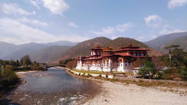 """Theo chị, ở quốc gia hạnh phúc này, chị xa lánh được những ồn ã của phố thị, áp lực công việc. Ở đây chị trọn vẹn tận hưởng những khung cảnh hùng vĩ của thiên nhiên, hít thở không khí trong lành và được gặp người dân thân thiện. Bhutan không phải là thiên đường """"sống ảo"""" cho những ai thích chụp ảnh đăng Facebook. Quang cảnh diệu kỳ làm người ta ích kỷ đến nỗi không muốn chụp ảnh."""