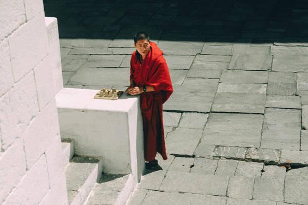 """Đặc sản của Bhutan không chỉ là những tu viện vắt vẻo bên triền núi, quang cảnh hùng vĩ mà nằm ở những điều rất bình dị. Nhiều đôi vợ chồng Việt hiếm muộn tìm đến ngôi làng cầu con nằm ở một vùng quê xa xôi, cầu nguyện tại chùa Chimi Lhakhang. Dường như nơi này trao gửi niềm tin cho những cặp vợ chồng có phần kém hạnh phúc khi có khá nhiều cặp đôi đến đây """"cầu được ước thấy""""."""