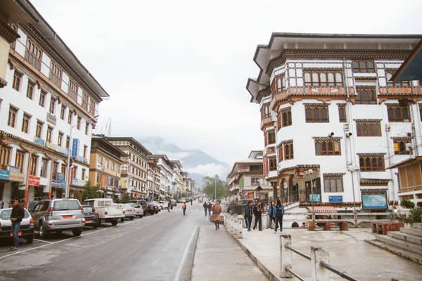 Thú vị hơn khi quốc vương Bhutan đã bỏ luật đàn ông được lấy nhiều vợ, thì có một ngôi làng phụ nữ được lấy nhiều chồng. Ngôi làng được quân đội bảo vệ nghiêm ngặt. Những ai viếng thăm cần phải được quân đội và chính phủ nước này cho phép. Bên cạnh đó Bhutan còn có ngày hội khỏa thân.