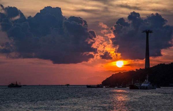 Hoàng hôn ở Phú Quốc lúc nào cũng đẹp. Góc này không thấy rõ lúc mặt trời cắt ngang đường chân trời, nhưng màu biển và không gian tuyệt vời, giống như cả hòn đảo này chỉ dành riêng cho vài người.