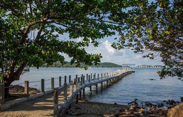 Ngoài ra, ở đây cũng không có quạt vì gió biển lúc nào cũng mát, không gian vô cùng yên tĩnh, rất thích hợp cho các cặp đôi.
