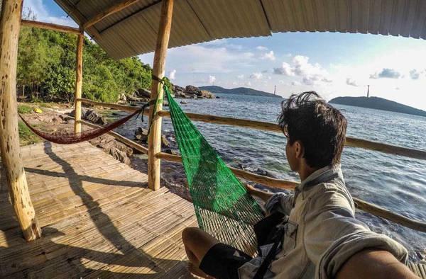 Bạn có thể nằm ở những võng căng sát biển cả ngày, tận hưởng hương vị biển.