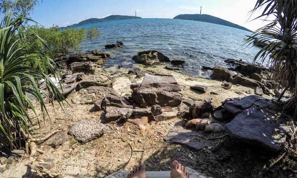 """Biển chỉ cách cửa căn nhà gỗ tôi ở vài bước chân. Đây là chỗ ở """"dị"""" nhất mà tôi từng ngủ trên một hòn đảo."""