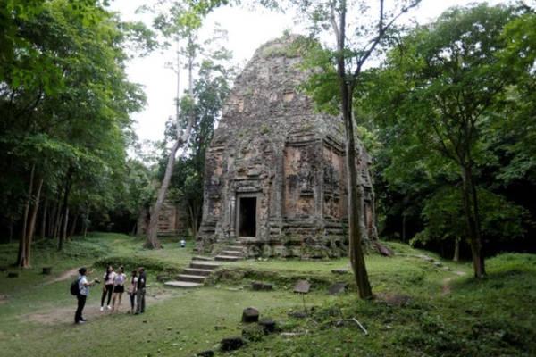 Đông đảo du khách bắt đầu tới tham quan khu vực đền cổ xưa này. Ảnh: Reuters.