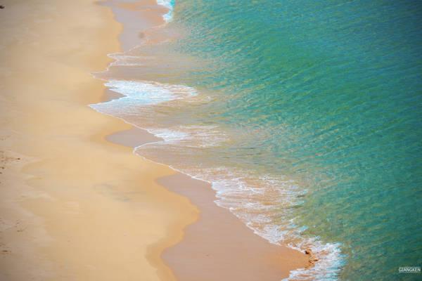 Bãi biển trắng tinh với màu nước trong vắt, đủ mọi sắc thái tùy theo màu trời, đẹp và vắng lặng đến mức dễ tạo cảm giác chưa hề có dấu chân người qua lại.