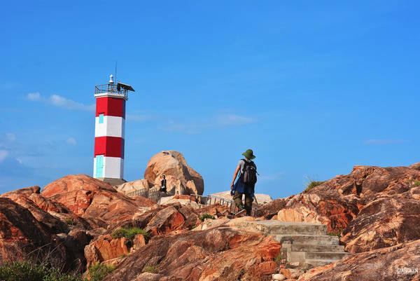 Từ Gành Ông, đi dọc bờ biển, chúng tôi tiếp tục khám phá những thắng cảnh tuyệt vời của Phú Yên: Gành Đá Đĩa, Gành Yến, Gành Đèn…
