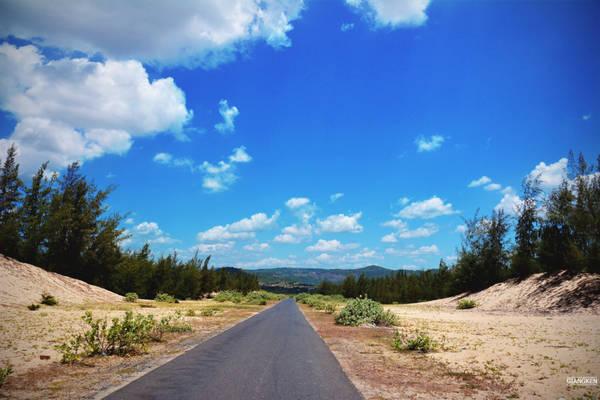Từ TP Tuy Hòa theo hướng bắc chừng 10 km, dưới bầu trời Nam Trung bộ xanh ngăn ngắt, chúng tôi chạy xe theo con đường dài giữa tán rừng phi lao thẳng tắp, bên ruộng lúa đang ngả sắc vàng ruộm, tìm đến thắng cảnh của xứ Nẫu.