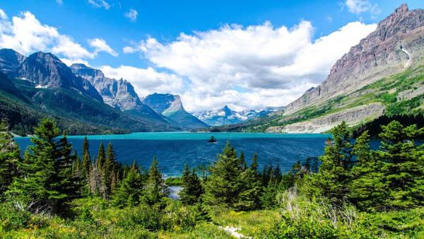 Công viên quốc gia Glacier nằm ở phía bắc tiểu bang Montana (Mỹ) có biên giới với Canada. Vườn quốc gia có diện tích khoảng 4.000 km2, là nơi sinh sống của hàng nghìn loài động thực vật khác. Mỗi năm thu hút hàng triệu du khách đến thăm, đi bộ đường dài. ẢnhWallpapers13.