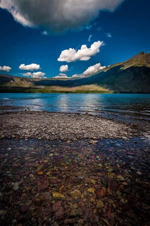 Những khối đá giàu sắt sẽ có màu đỏ, và các màu thẫm có nhiều ở hồ McDonald và hồ Trout. Những viên màu xanh hoặc những màu nhạt hơn có thể được nhìn thấy ở hồ Otokomi. Ảnh:Ron Kroetz/Flickr.