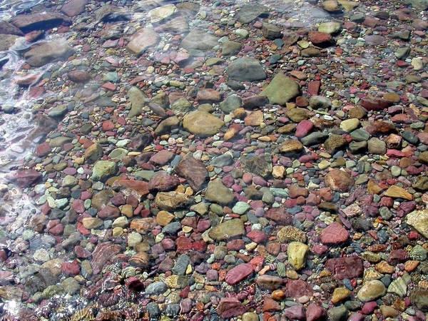 Ở những khu vực nông, nước trong có thể nhìn thấy các viên đá đủ các màu sắc khác nhau ở bên dưới. Ảnh: Mel Green/Flickr.