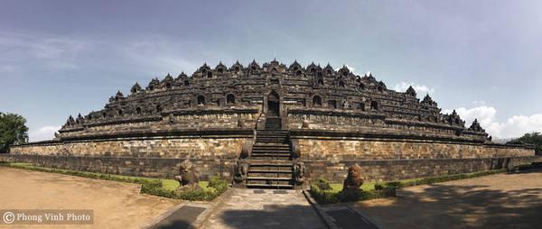 Được xây dựng vào thế kỷ 8-9 dưới triều đại Sailendra, Borobudur tọa lạc ở trung tâm đảo Java, Indonesia. Dù công trình xây dựng theo lối kiến trúc Phật giáo Java kết hợp nghệ thuật Gupta có nguồn gốc từ văn hóa Ấn Độ, ngôi đền vẫn có đầy đủ yếu tố bản địa mang đậm dấu ấn riêng của đất nước Indonesia.