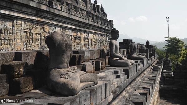 Nhiều người kể rằng lý do các pho tượng Phật bị mất đầu là một nhóm người địa phương đã đánh cắp và bán cho các thương lái đến từ Hà Lan, Ấn Độ và Trung Quốc. Hiện nay, có hơn 50 bức tượng Phật bị mất đầu.