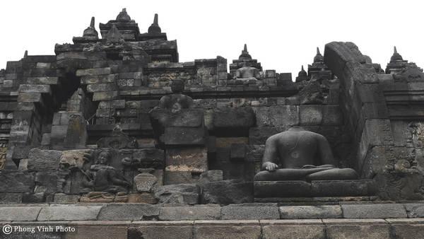 Những dấu tích cho thấy ngôi đền bị bỏ hoang hàng thế kỷ trước khi Hồi giáo tới Indonesia. Suốt thời gian đó, nó được bao phủ bởi rừng rậm và tro tàn từ các lần phun trào của núi lửa Merapi. Năm 1814, Sir Thomas Raffles đã phát hiện ra ngôi đền và kể từ đó, đền liên tục được khôi phục và bảo vệ. Dự án khôi phục lớn nhất được thực hiện vào năm 1980 bởi chính phủ Indonesia và sự hỗ trợ của UNESCO.