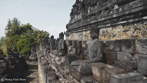 Ngôi đền có 9 ngăn xếp chồng lên nhau theo 6 hình vuông và 3 đường tròn, ở vị trí trung tâm của đỉnh đền là một mái vòm được bao quanh bởi 72 pho tượng đặt trong những tháp chuông. Người ta ước tính Borobudur được trang trí với khoảng 2.672 tấm phù điêu bằng đá và 504 tượng Phật.