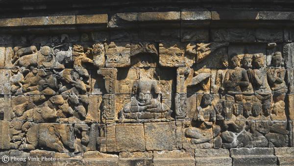 Những bức tranh phù điêu bằng đá có tổng diện tích bề mặt là 2.520 m vuông. Toàn bộ cấu trúc cho thấy sự pha trộn độc đáo của những ý tưởng về việc thờ cúng và ý niệm đạt đến Niết bàn của Phật giáo.