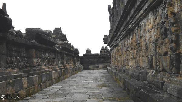 Những mảng tường rêu phong minh chứng cho sự bào mòn của thời gian nhưng Borobudur vẫn tồn tại hùng vĩ và huyền bí. Một điều thú vị khác là dù thời tiết có nắng nóng nhưng những bức tường đá bên trong đền vẫn mát lạnh.