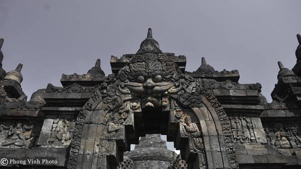 Borobudur mở cửa 6h - 17h mỗi ngày. Giá vé cho du khách nước ngoài là 22 USD/người, và 10 USD/ người đối với học sinh, sinh viên. Thời điểm tham quan đẹp nhất là lúc bình minh. Ngoài ra, để tiết kiệm chi phí, bạn có thể mua vé combo với giá 40 USD/ người để viếng thăm Borobududur và Prambanan - ngôi đền Hindu lớn nhất Indonesia. Vé này có giá trị trong 48 tiếng.
