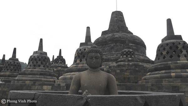 Mỗi năm có hàng triệu tín đồ Phật giáo và khách du lịch hành hương về Borobudur. Hành trình dành hành hương bắt đầu từ dưới chân đền, du khách sẽ đi theo một con đường xung quanh và từ từ đi lên đỉnh cao nhất qua ba tầng. Người ta tin rằng, nếu bạn có thể chạm tay đến chân của bức tượng Phật bên trong tháp chuông trên tầng cao nhất, thì mọi ước muốn của bạn sẽ trở thành hiện thực.