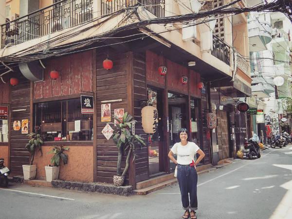 """Giữa Sài Gòn huyên áo, đầy rẫy những nơi ăn chơi, bạn cũng có thể tìm cho mình một không gian yên bình mang đậm bản sắc Nhật Bản. Tọa lạc trong những con hẻm trên đường Lê Thánh Tôn - Thái Văn Lung, khu phố Nhật được giới ăn chơi gọi là """"Japan Town"""" hay """"Little Japan"""" của Sài Gòn. Ảnh: putkup"""