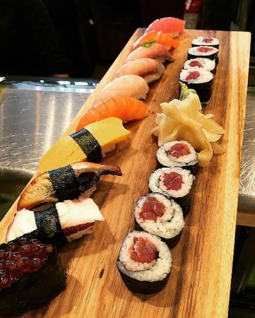 Ở đây, bạn có thể tìm thấy hầu hết các món ăn từ bình dân đến sang trọng của đất nước mặt trời mọc như mì Ramen, bánh xèo, bánh Takoyaki, sashimi, sushi, mochi...