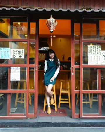 """Gần như """"đồng phục"""", cả khu phố đều có bảng hiệu làm từ gỗ, vải, đèn lồng tone màu trắng đỏ vàng cùng những chiếc cửa cuốn đặc trưng của đất nước hoa anh đào. Nếu không có những dòng địa chỉ tiếng Việt thì ắt hẳn rằng bạn sẽ nghĩ mình đang đứng giữa Tokyo. Ảnh: Mực Tím"""