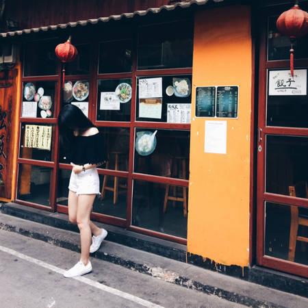 Nơi đây là tụ điểm của 70 cửa hàng từ ăn uống, spa, cơ sở kinh doanh của người Nhật hoặc liên quan đến Nhật Bản. Khác với những khu phố ăn chơi khác ở TP HCM luôn ồn ào, náo nhiệt, ở Little Japan, mọi thứ đều ấm cúng, nhỏ xinh, trầm lắng giống phong cách con người xứ phù tang. Ảnh: _veeng