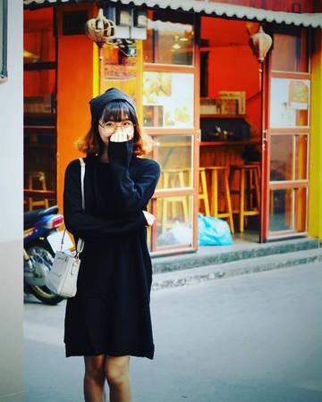 """Chỉ cần ăn mặc """"tây tây"""" một chút và tạo dáng """"so deep"""" rồi check in Nhật Bản, bạn có thể """"đánh lừa"""" được nhiều người rằng mình đang đi du lịch chứ không phải đang ở Sài Gòn. Ảnh: Nguyễn Ngọc Ánh"""