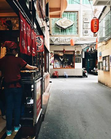 Phần lớn hàng quán ở đây là nhà hàng ẩm thực với đặc trưng là giữ nguyên hương vị gốc của món ăn, phần vì chủ quán là người Nhật, phần vì khách tìm đến phần nhiều cũng là người Nhật sống ở TP HCM. Ảnh: Ned Ng.
