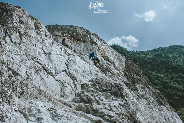 Những dãy núi cao, hùng vĩ như thử thách sức trẻ, nhưng khi lên đến đỉnh,cảm giác thật tuyệt vời. Cả thung lũng, nùi rừng thu vào trong tầm mắt.