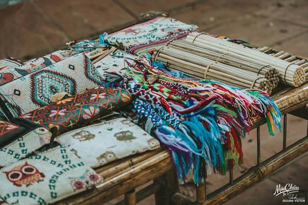 Khác với các khu du lịch khác, người dân Mai Châu rất lành, không có hiện tượng chặt chém hay chèo kéo khách du lịch. Đến đây, bạn có thể trải nghiệm cuộc sống của đồng bào dân tộc Thái, mua những món đồ thổ cẩm về làm quà.