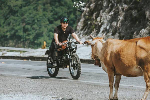 Từ Hà Nội, đi xe máy theo hướng quốc lộ 6 lên Mai Châu mất khoảng 4 giờ.