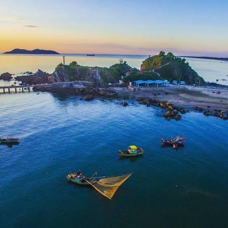 Đảo Song Ngư xa xa được nhìn từ góc đảo Lan Châu. Ảnh: @_chana_chan