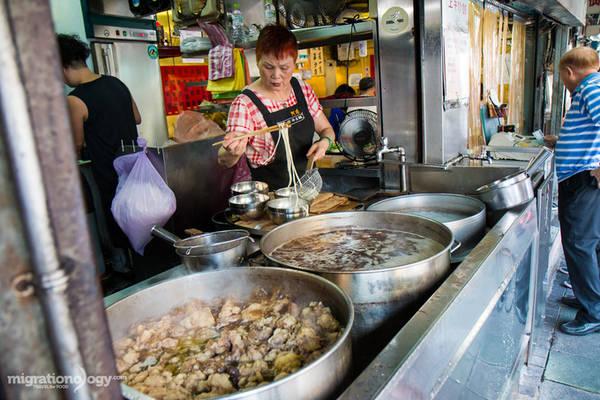 Một trong những nhà hàng mì bò nổi tiếng ở Đài Bắc là Lin Dong Fang, nằm ở đường Bade, trong một tòa nhà cũ. Giá mỗi bát mì cỡ lớn khoảng 240 Đài tệ (khoảng 180.000 đồng).
