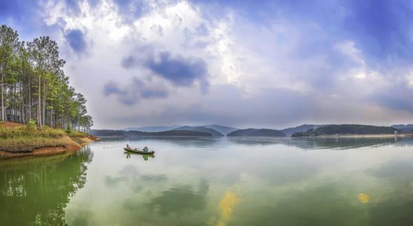Đường trở về của chiếc ghe nhỏ trên lòng hồ êm ả
