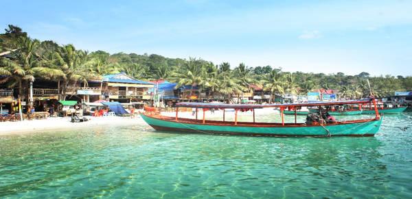 Sau gần 1 giờ ngồi tàu cao tốc, tôi và cả đoàn đã có mặt ở đảo Koh Rong (Campuchia) xinh đẹp. Từ cầu tàu vào đến khách sạn, tôi không khỏi ngạc nhiên và thích thú bởi làn nước xanh trong mà trong suy nghĩ của tôi thì không nơi nào sánh được.