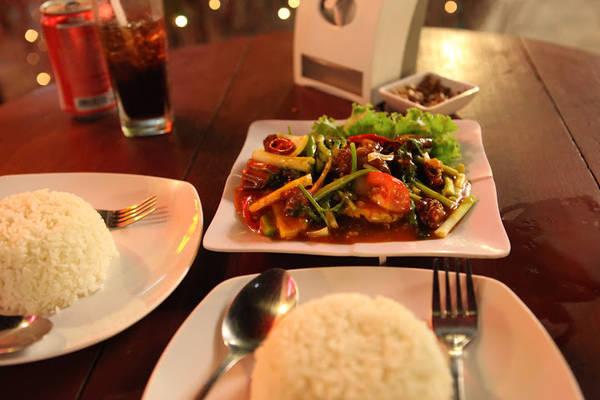 Và nếu bạn muốn thử món ăn Khmer, bạn có thể chọn một món trong phần thực đơn. Mình và bạn có thử cơm bò lúc lắc và cơm gà với rau, nấu với hạt điều rất ngon, giá tầm khoảng 2-5 USD cho một suất ăn bình thường.